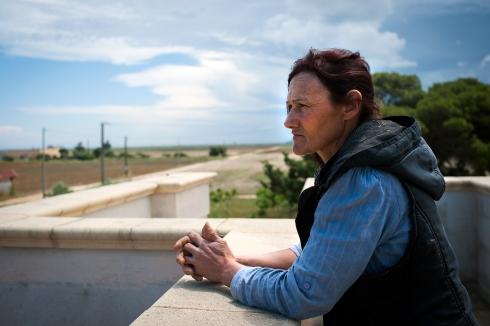 Laura, una signora che vive e lavora la terra tra la zona industriale di brindisi e la fabbrica di Cerano.